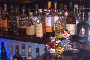 Eine kleine Auswahl an Whiskys in Scappatina die Bar